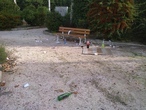 banc,déchet,con,sale,pollution,homme,photo,toulon,bouteille,bière,verre,plastique