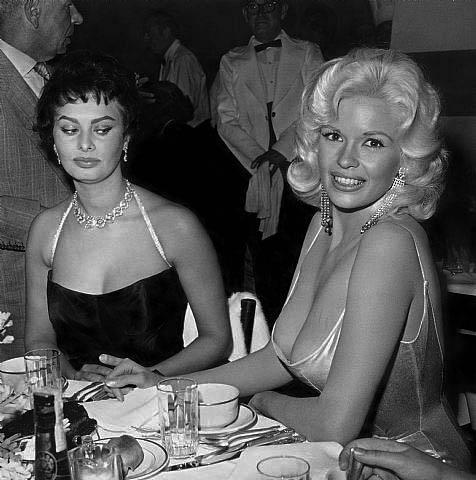 c2a9-foto-de-joe-shere-sophia-loren-e-jayne-mansfield-no-restaurante-romanoff_se2809d-em-beverly-hills-eua-1958.jpg
